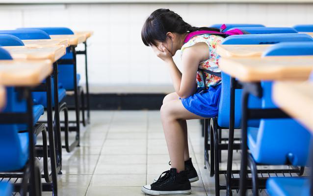 enfant-stress-pleurs-ecole-main.JPEG