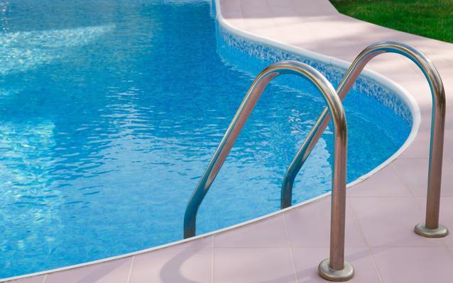 equiper-une-piscine-rampe-main.JPEG