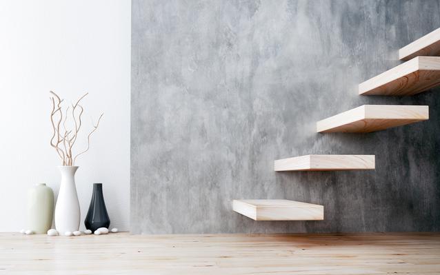gros-plan-escaliers-bois-main.JPEG