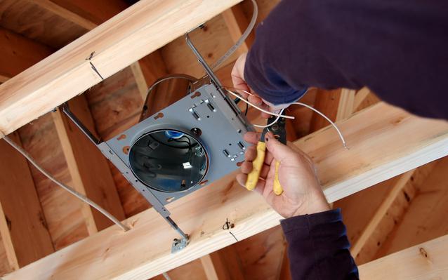 installation-luminaire-dans-plafond-main