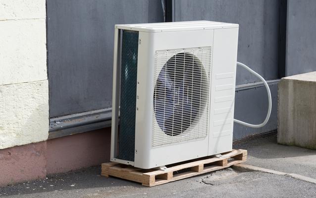 installer-pompe-chaleur-exterieur-main.J