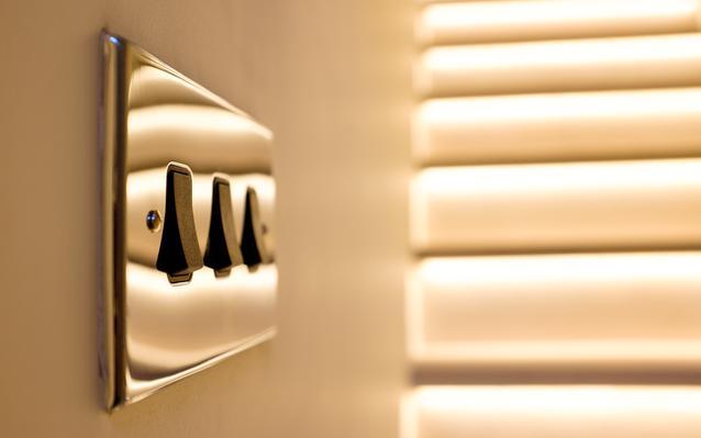 interrupteurs-luminaires-gros-plan-main.