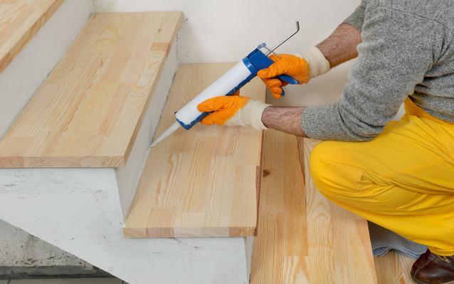 renovation-escalier-bois-main.JPEG