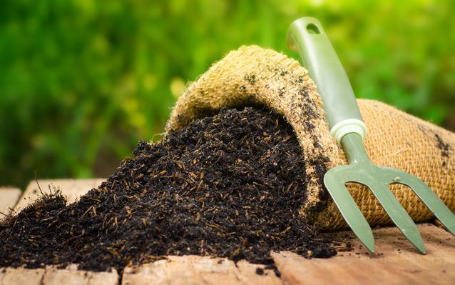 sac-engrais-jardinage-outil-main.JPEG
