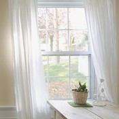 Fixer des rideaux sur une fenêtre à coffre en PVC - Fenêtre