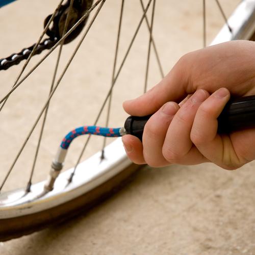 Monter et démonter un pneu de vélo avec chambre à air