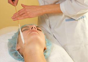 patient femme recevant un traitement par le froid à l'azote liquide sur le visage