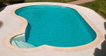Béton rugueux entourant une piscine