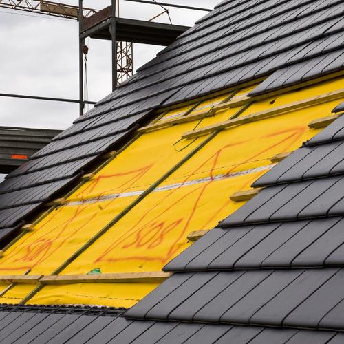 Poser des ardoises sur un toit
