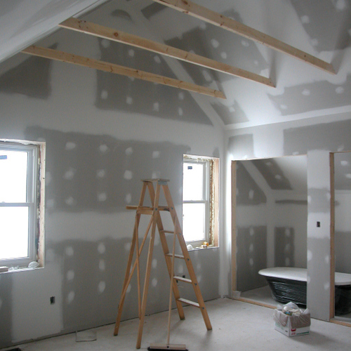 Monter les cloisons et menuiseries intérieures d'une maison en bois