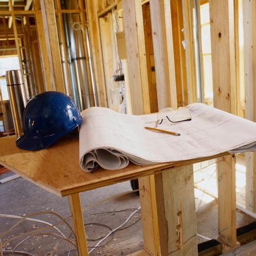 Réaliser le vide technique sur les cloisons d'une maison en bois