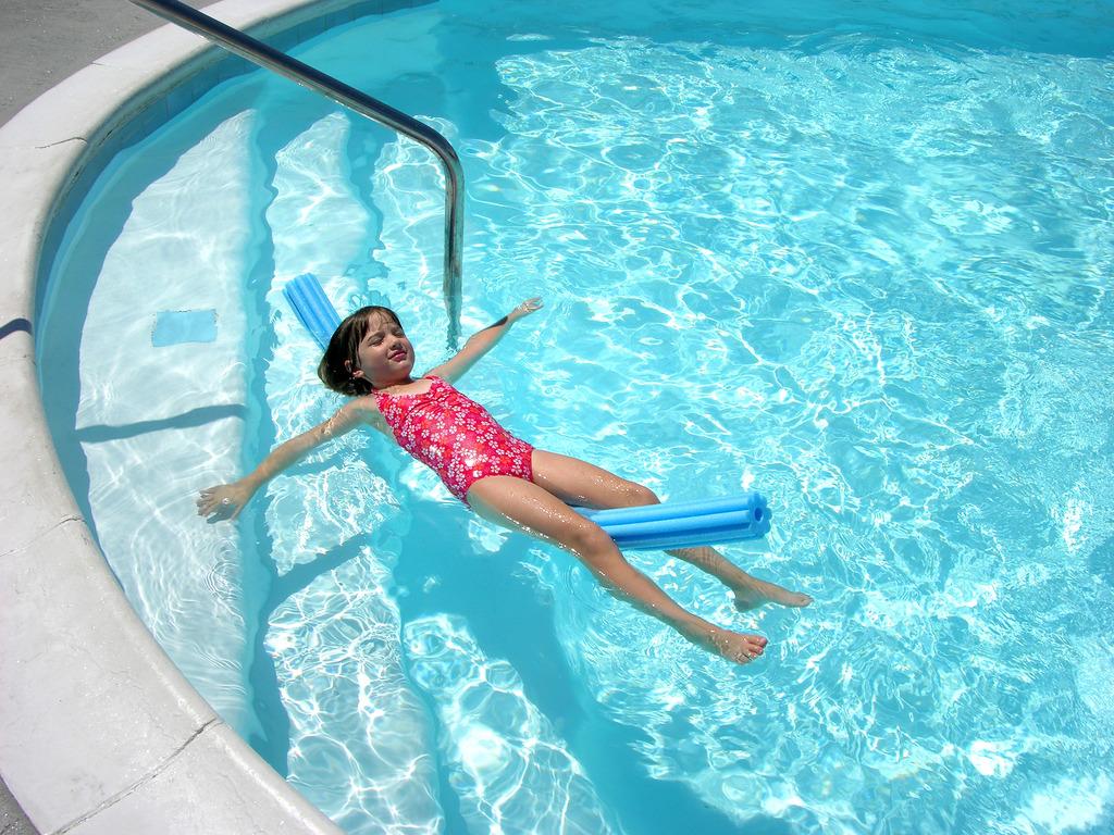 escalier pour piscine hors sol atouts et mod les. Black Bedroom Furniture Sets. Home Design Ideas
