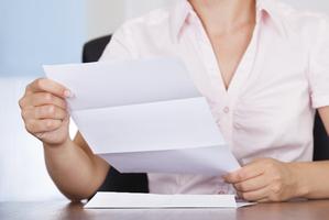 femme lettre courrier paiement