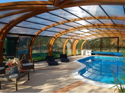 Abri de piscine haut en bois