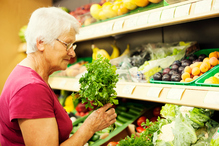 Femme supermarché laitue legumes