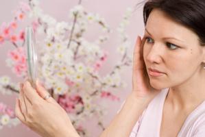 Il existe deux types d'acné : rétentionnelle et inflammatoire : causes, traitements locaux, oraux.