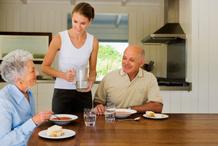 L'aide à domicile permet aux personnes âgées et aux personnes handicapées dépendantes de continuer à vivre chez elles.