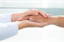 Deux mains soutien main seule