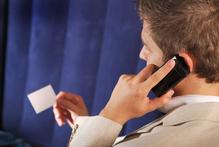 Homme telephone carte de visite fond bleu