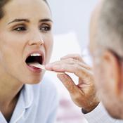 Femme oscultée par un médecin