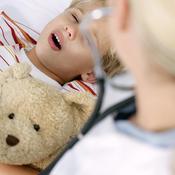 Enfant malade au lit et médecin