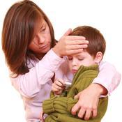 Maman et petit garçon dans ses bras fièvre