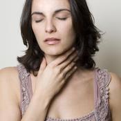 Femme prise par la gorge