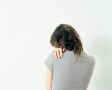 Femme seule dos t shirt gris
