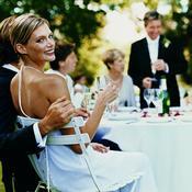 Mariés avec invités à la fête
