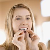 Jeune fille met son appareil dentaire