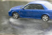 Voiture bleue pluie