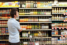 Homme devant rayon de supermarché