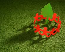 Petits bonhommes rouges en ronde autour d'un arbre en papier