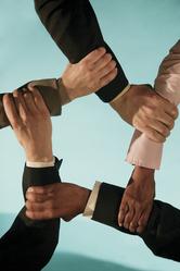 5 bras se tiennent le poignet