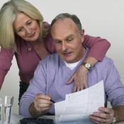 Couple en train de lire un document