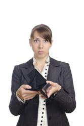 Femme tailleur noir portefeuille vide