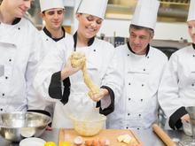 Apprentie boulangere entouree par collegues