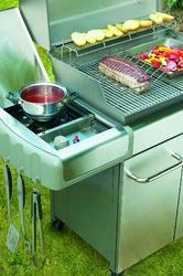 La plaque de cuisson de ce barbecue à gaz permet de bénéficier de plusieurs types de cuisson sur le même appareil