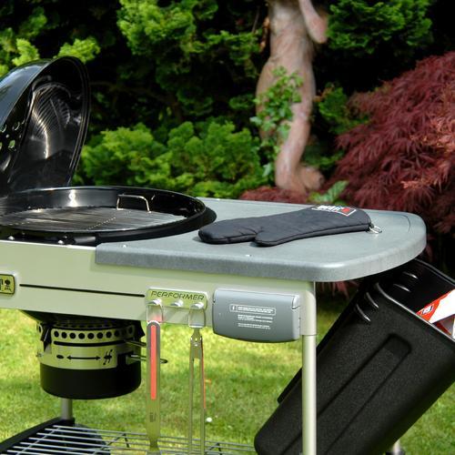 Ce barbecue charbon mobile regorge de rangements et d'éléments pratiques : porte-ustensiles, plan de travail, deux paniers à charbon...