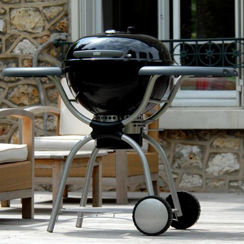 Ce modèle de barbecue charbon de bois possède des roues résistantes aux intempéries, ce qui permet de le laisser dehors sans qu'il se détériore