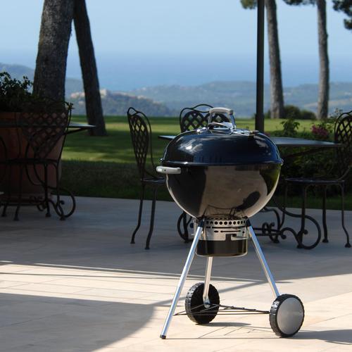 Ce modèle de barbecue est muni d'un cendrier amovible pour un entretien facilité