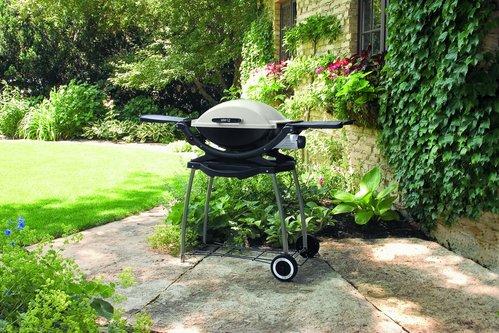 La cuve et le couvercle de ce barbecue mobile sont en fonte d'aluminium