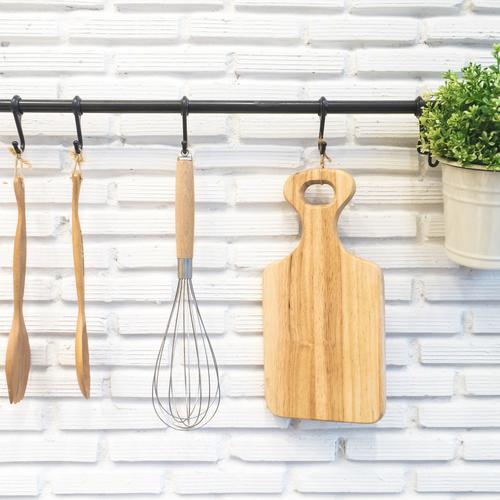 Installer une barre à ustensiles dans la cuisine