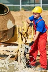 Ouvrier tourne levier betonniere