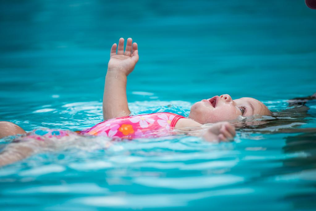 Bébé Qui Nage bébés nageurs : avantages et limites - ooreka