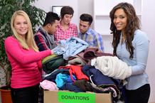 Jeunes bénévoles donation vêtements