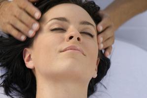 Massage tete femme brune
