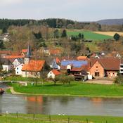 Village dans vallée avec rivière