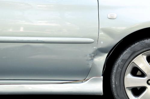Une bosse sur une voiture