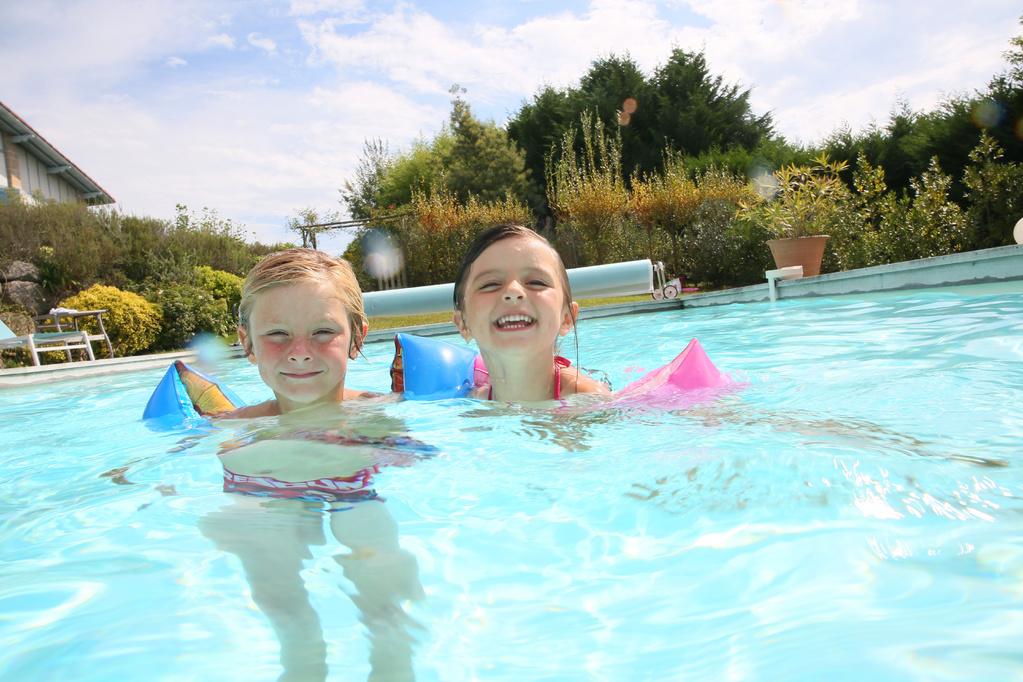 Chlore multifonction utilisation dans la piscine ooreka for Brassards piscine
